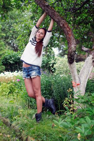 Mango sweater - Mango boots - Zara shorts