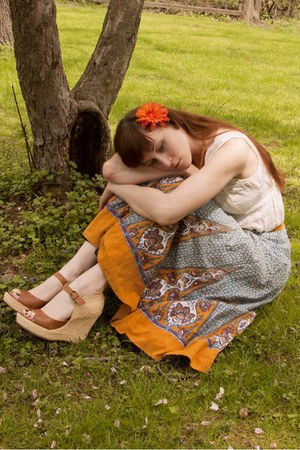 modcloth wedges - modcloth blouse - wrap vintage skirt - flower hairclip lila-jo