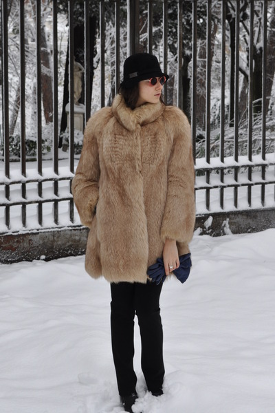 black Kurt Geiger boots - camel vintage vest