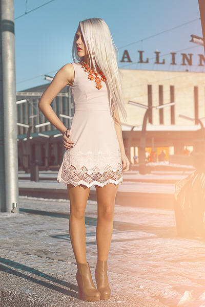 coral lindex necklace - Kristines Collection dress