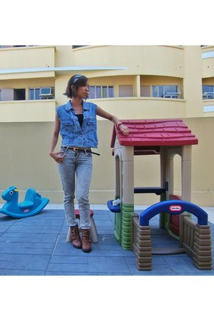 lace up boots - acid wash denim Wrangeler jeans - denim diy DKNY vest