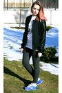 Black-zara-jacket-blue-new-balance-sneakers