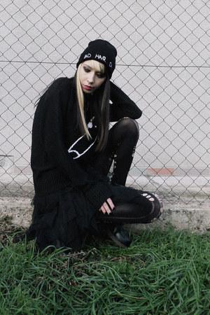 black Front Row Shop hat - black Vateno sweater