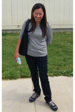 gray nike sneakers - black Zara bag - black Zara pants - gray Zara blouse