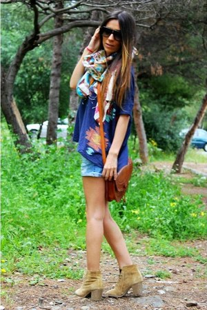 blue Stradivarius shorts - camel pullandbear boots - ivory Market scarf