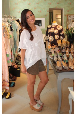 olive green Vila shorts - white Villa blouse