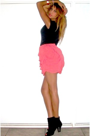 salmon skirt - black shoes - black t-shirt