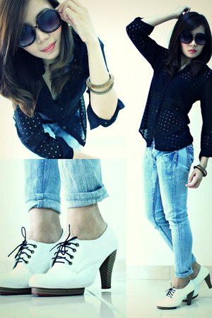 white pumps - light blue faded denim jeans - black shirt