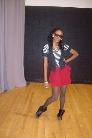 black shirt - black vest - red shorts - black boots - gray stockings - brown gla