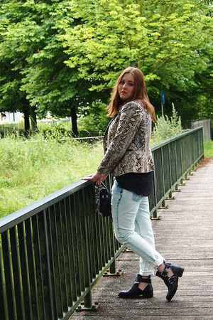 Zara blazer - River Island boots - Zara jeans - Primark bag - H&M blouse