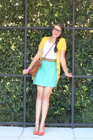 yellow cashmere Theory cardigan - bronze leather Steve Madden bag