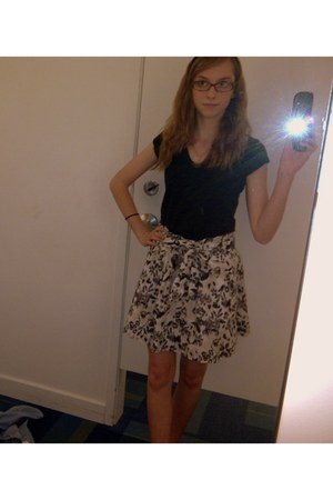 black cotton v-neck SO t-shirt - off white bow tie lined Old Navy skirt - brown