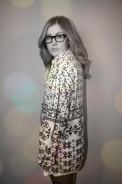white Geisha Pearl vintage sweater - dark brown Forever21 glasses