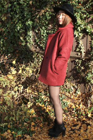 brick red Krossy coat - black arrow hat wool Krossy hat