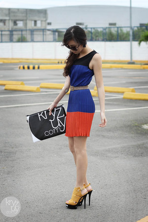 blue natural color dress - black snupped bag - yellow Parisian heels