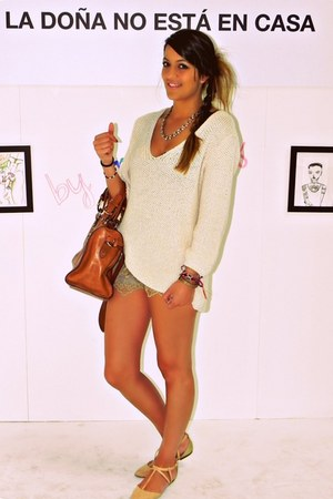 Zara shoes - Uterqe bag - pull&bear shorts - Zara necklace - Zara sweatshirt