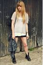 Black-doc-martens-boots-gray-thrifted-shirt-gray-awear-bag-gray-topshop-to