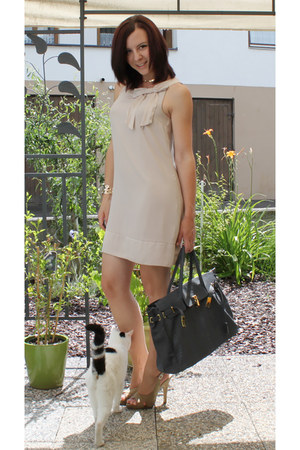 off white H&M dress - gray noname bag - off white Deichmann heels - tan H&M brac