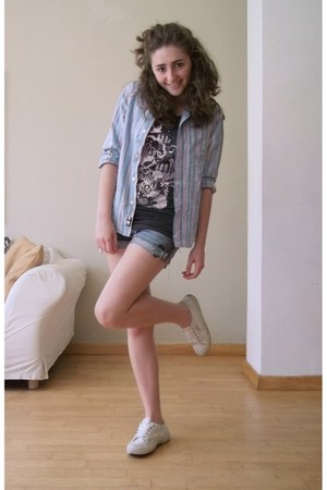 black with designs H&M t-shirt - white old American Eagle shoes