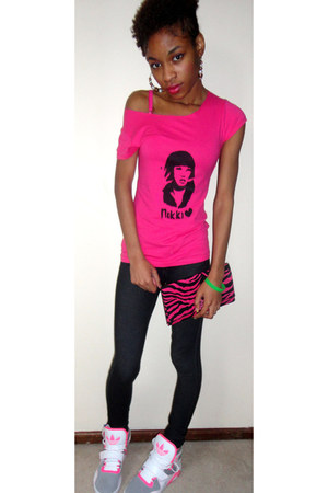 hot pink YCAF shirt - black jegging jeans jeggings jeans - hot pink YCAF wallet