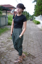 black unbranded t-shirt - charcoal gray NyLa pants - heather gray Marie Claire s