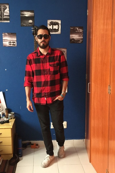 black pull&bear jeans - red H&M shirt - white Vans sneakers