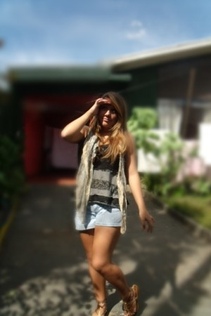 camel vintage scarf - sky blue Zara shorts - black Cor de Rosa top - light brown