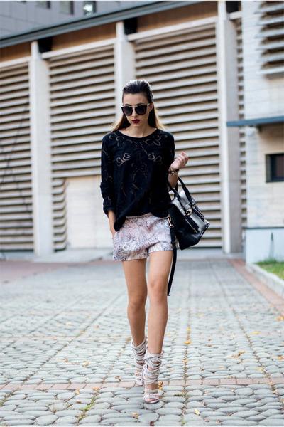 Black-kurtmann-blouse-beige-jessica-buurman-sandals