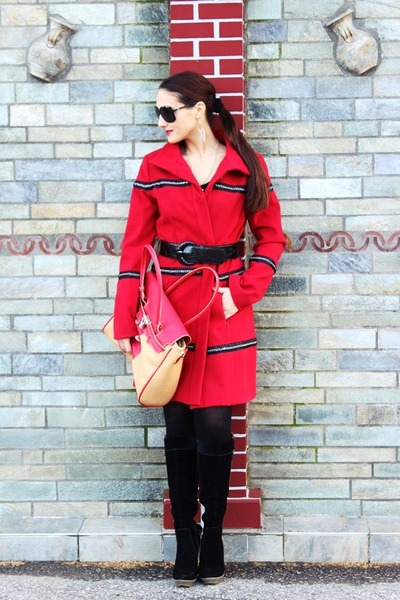 red chain Le Big coat - black suede boots - black Gucci sunglasses