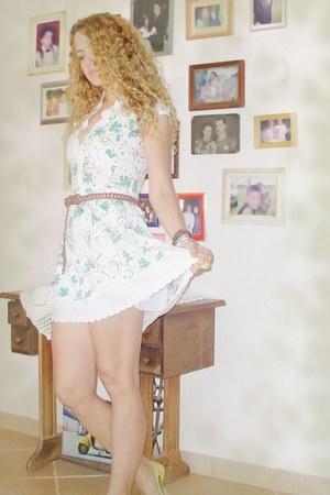 gold avida shoes - white Vitamin dress - light brown Riachelo belt