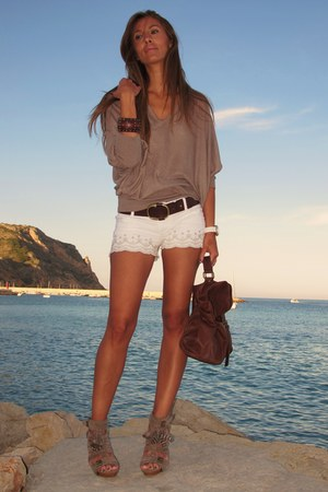 dark brown BLANCO bag - off white Stradivarius shorts - brown Sfera sandals - br
