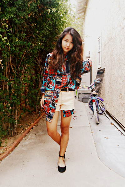 red printed MinkPink blouse - light orange high-waisted Forever 21 shorts