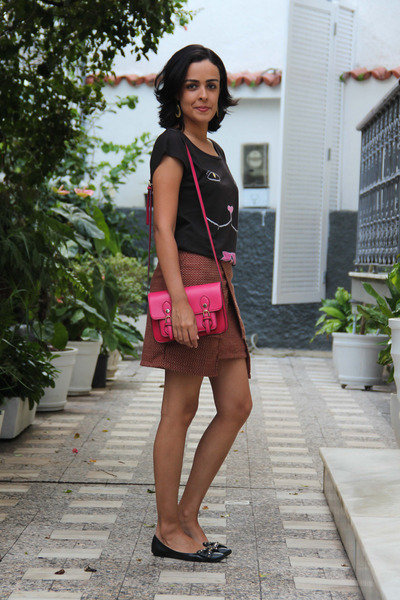 black printed H&M t-shirt - hot pink leather Steve Madden bag