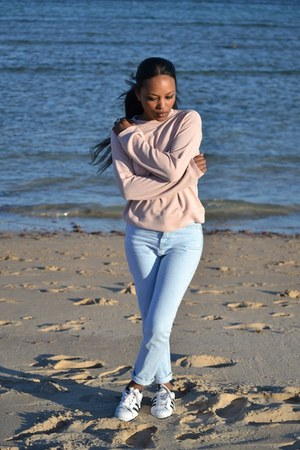 sky blue Stradivarius jeans - light pink pull&bear sweater - white sneakers