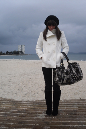 white Formula Joven coat - black H&M hat - black Zara purse - black BLANCO boots