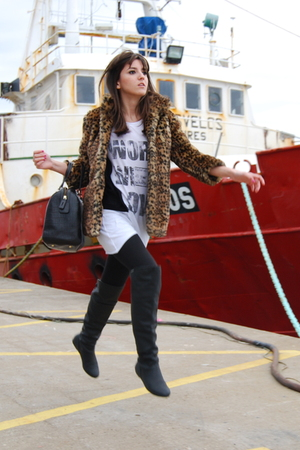 gold Bershka coat - black Lamarca boots - white Pull & Bear t-shirt - black Bimb