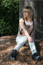 beige Urban Outfitters t-shirt - gray free people jeans - black sam edelman boot