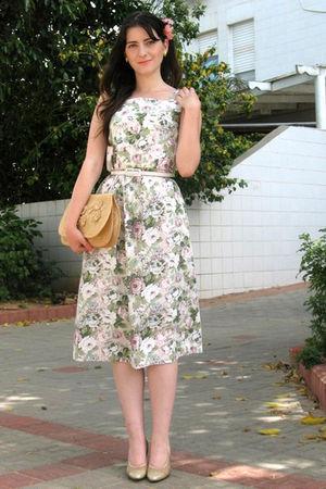 gold ferragamo shoes - green thrift dress - beige vintage bag