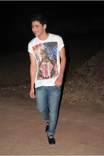 t-shirt - shoes - jeans