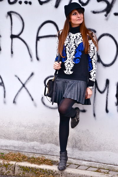 blue knit Sheinside sweatshirt - black leather Jeffrey Campbell boots