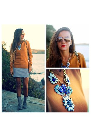 blue statement necklace - suede boots andré boots