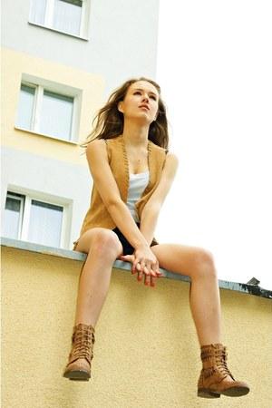 bronze leather Stradivarius vest - brown eco leather Deashop boots