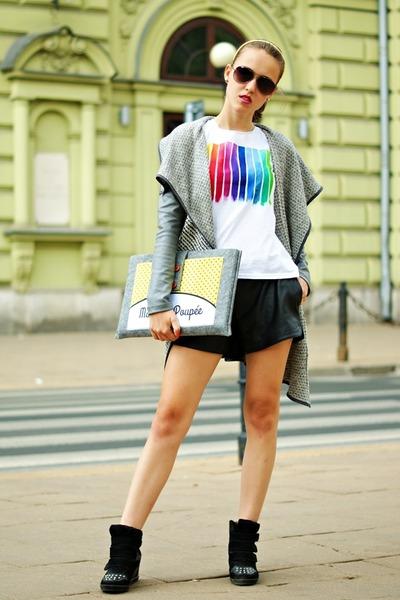 white kurzastopa t-shirt - heather gray youpibag bag - black vjstyle shorts
