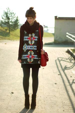 red vintage bag - black Zara t-shirt