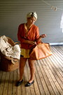 Black-second-hand-shoes-gold-second-hand-shirt-burnt-orange-second-hand-bag