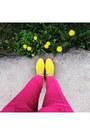 Yellow-suede-graciana-boots-white-incity-shirt-yellow-stradivarius-bag