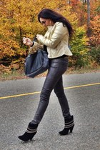 gray Guess jeans - black boots - black bag - gold bracelet