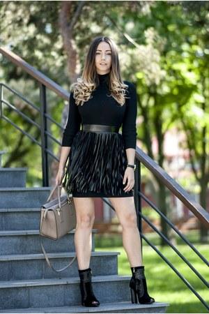 black Jessica Buurman boots - camel Michael Kors bag