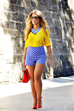 red Parfois bag - yellow vintage shirt - blue Sfera shorts - red dressale heels