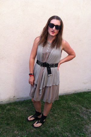 black fit flops sandals - H&M dress - Michael Stars vest